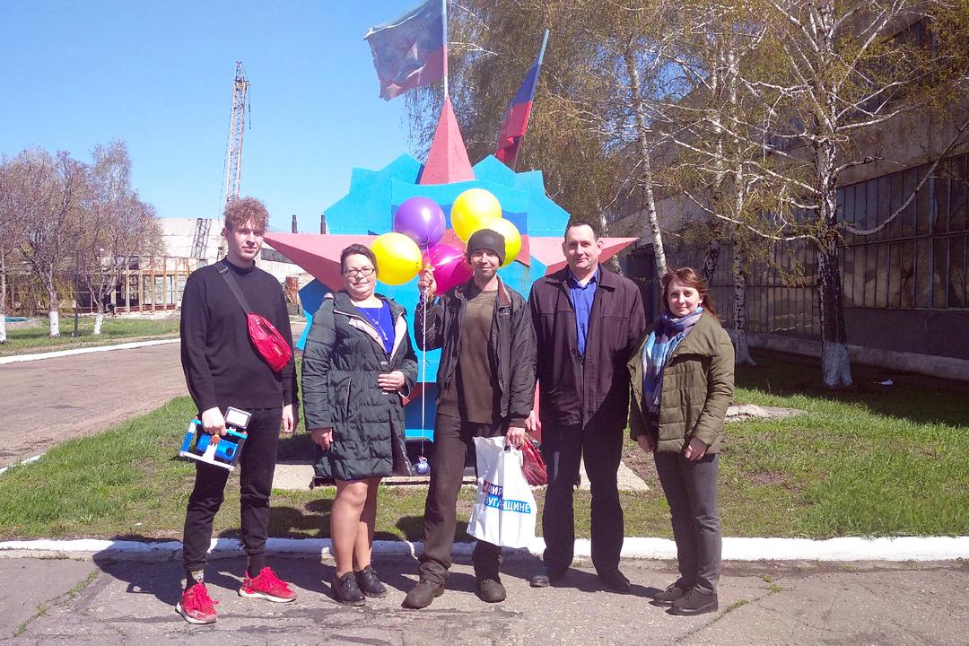 В Свердловске активисты поздравили с наступающим 1 Мая молодых специалистов рабочих специальностей