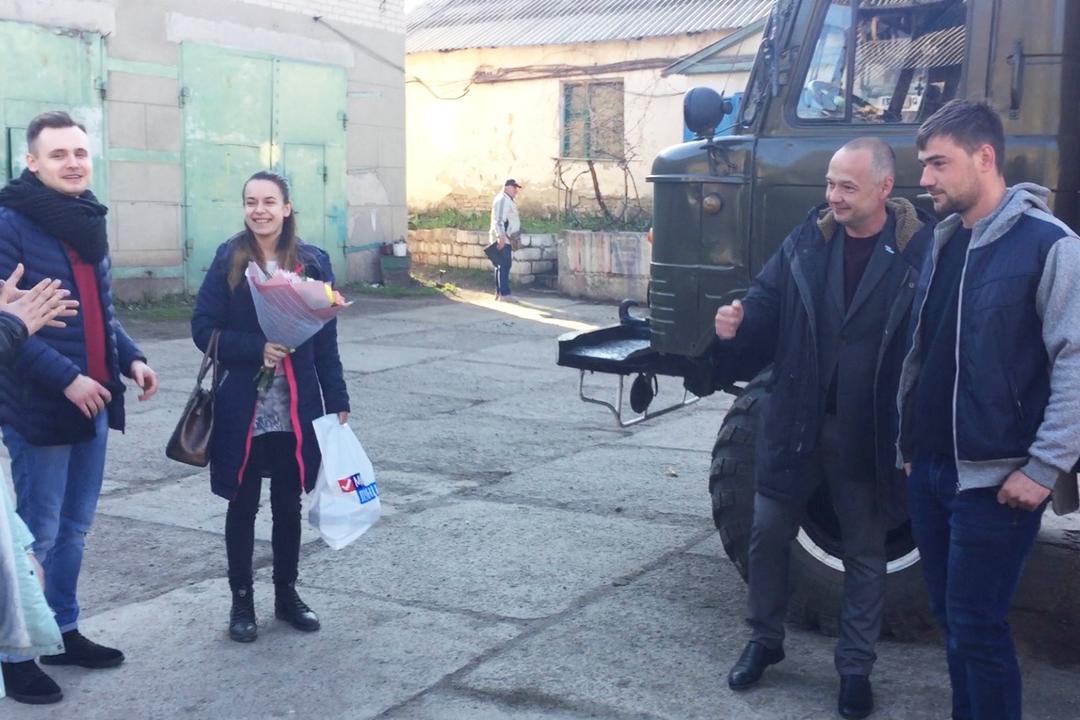 В Лутугино активисты поздравили слесаря Артёма Дьяченко с праздником Весны и Труда 2