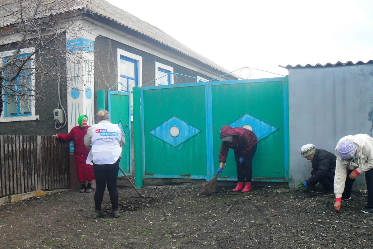 В посёлке Фащевка Антрацитовского района активисты провели акцию «Чистый ветеранский дворик»