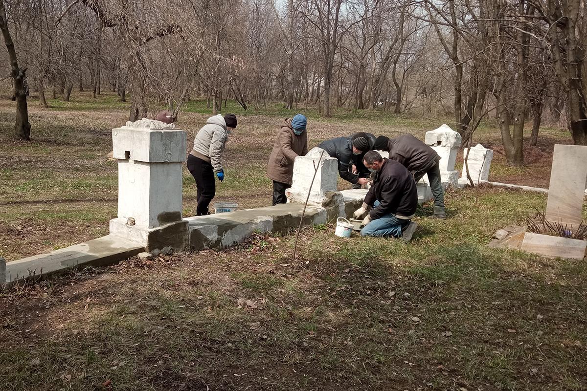 Активисты Штеровского первичного отделения движения провели субботник у братской могилы советских воинов 2