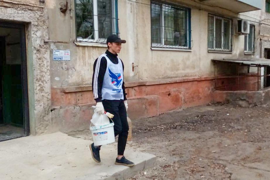 Активисты проекта «Дружина» из Антрацита помогли пенсионерке в уборке придомовой территории 3