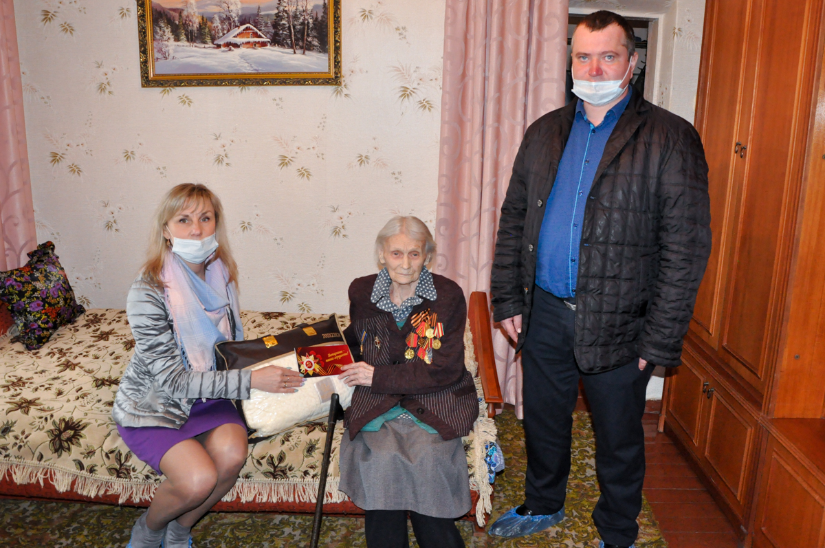 Ветеранам Стаханова передали пледы от проекта «Забота о ветеранах» ОД «Мир Луганщине»