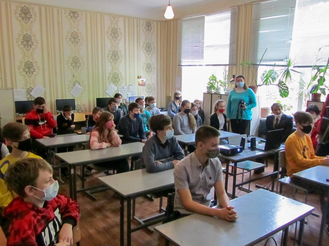 В школах Кировска прошли патриотические часы «Майдан. События войны на Донбассе»