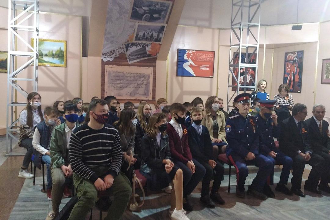 В Свердловске прошел час памяти «Поклонимся великим тем годам…»