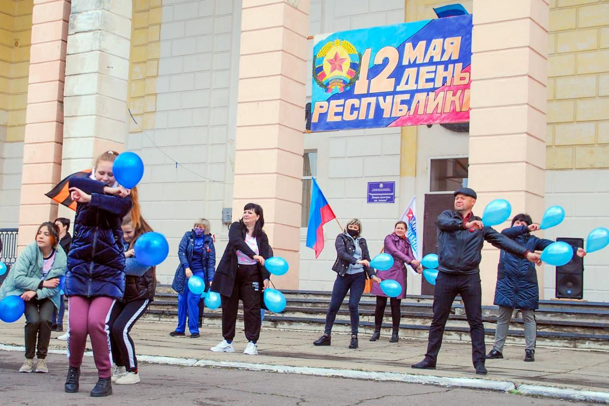 Во всех городах ЛНР активисты отметили День Луганской Народной Республики 1