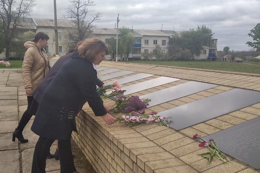 В поселке Нижний Нагольчик активисты возложили цветы к памятному мемориалу погибших воинов