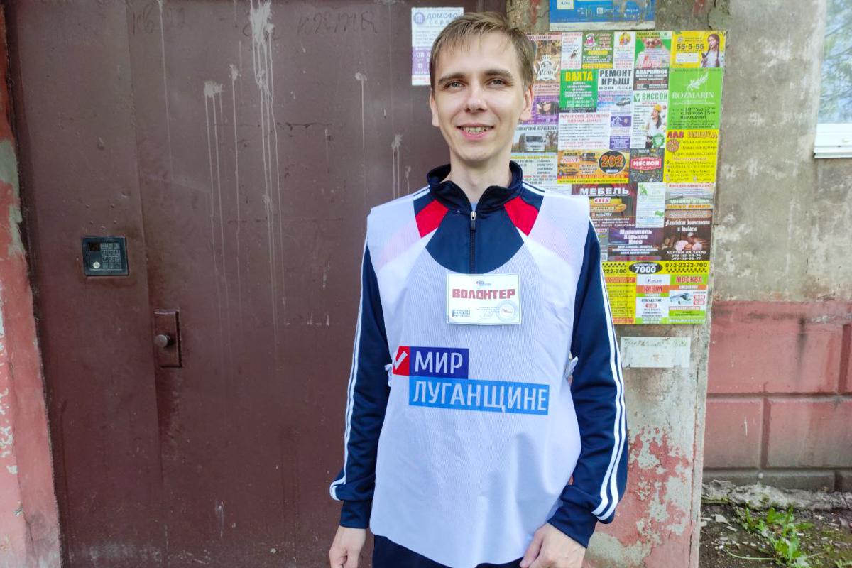В Алчевске волонтёры помогли двум пенсионерам