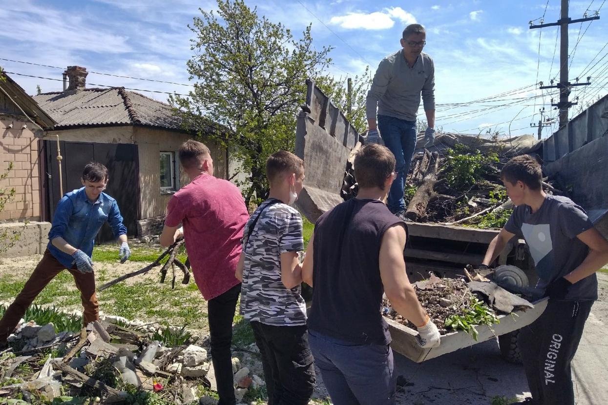 В Луганске активисты помогли ветерану Великой Отечественной войны