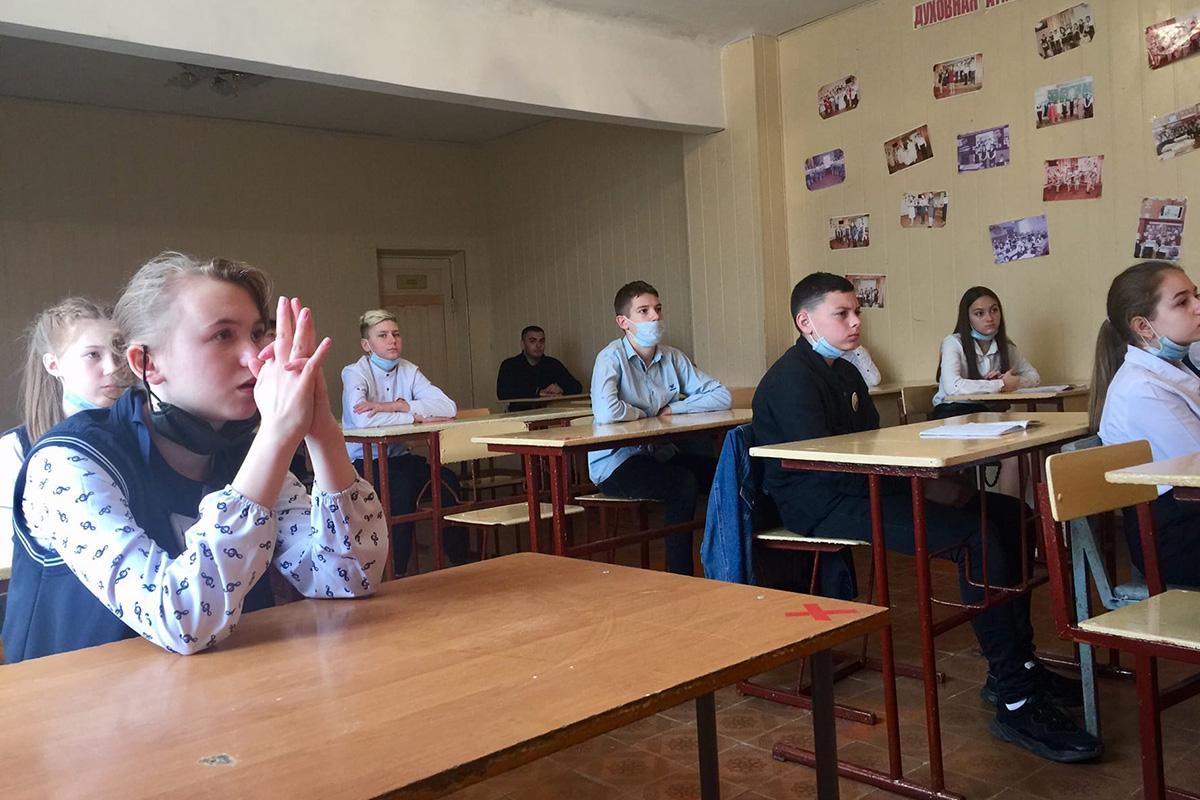 Для школьников Лутугинского района провели патриотические часы на тему «Майдан. События войны на Донбассе» 2