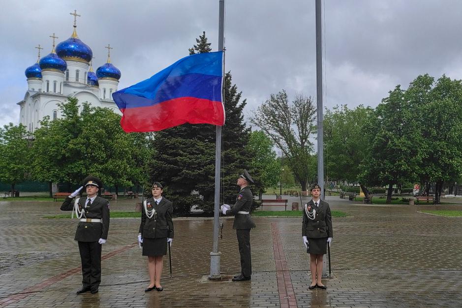 Государственный флаг ЛНР подняли в разных городах и районах ЛНР 1