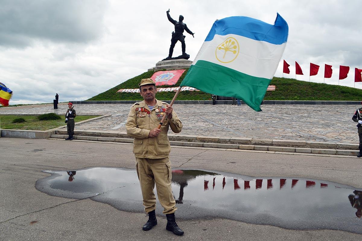 У памятника «Комбату» развернули 300-метровую Георгиевскую ленту