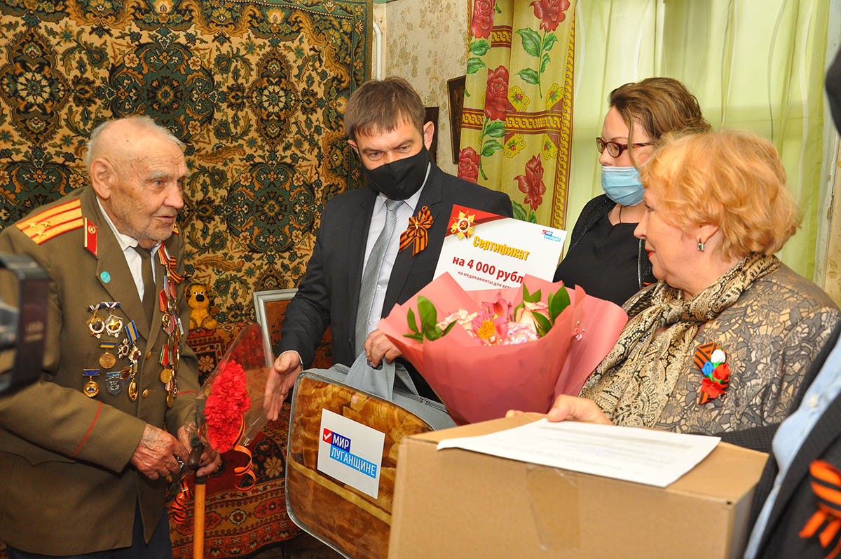 В Свердловске активисты поздравили с наступающим Днем Победы ветеранов