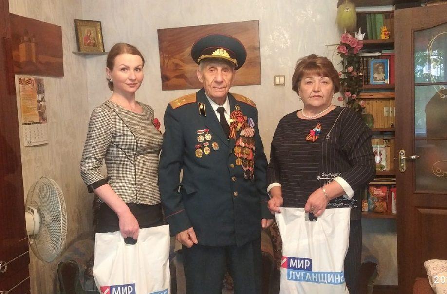 В Антрацитовском районе активисты поздравили ветеранов с Днем Победы