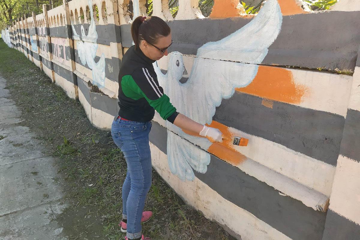 Активная молодёжь Перевальского района разрисовала стену ко Дню Великой Победы