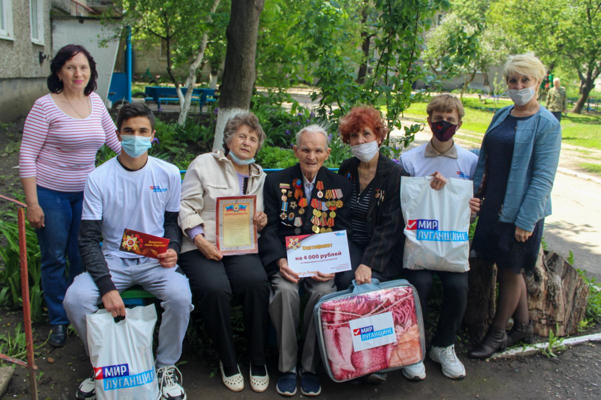 В Славяносербске активисты поздравили ветерана Великой Отечественной войны с 95-летием 1