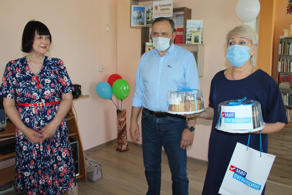 В Славяносербске активисты поздравили работников библиотек района с профессиональным праздником