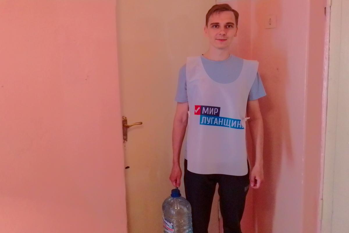 Алчевские волонтёры акции «Рука помощи» помогли жительнице города
