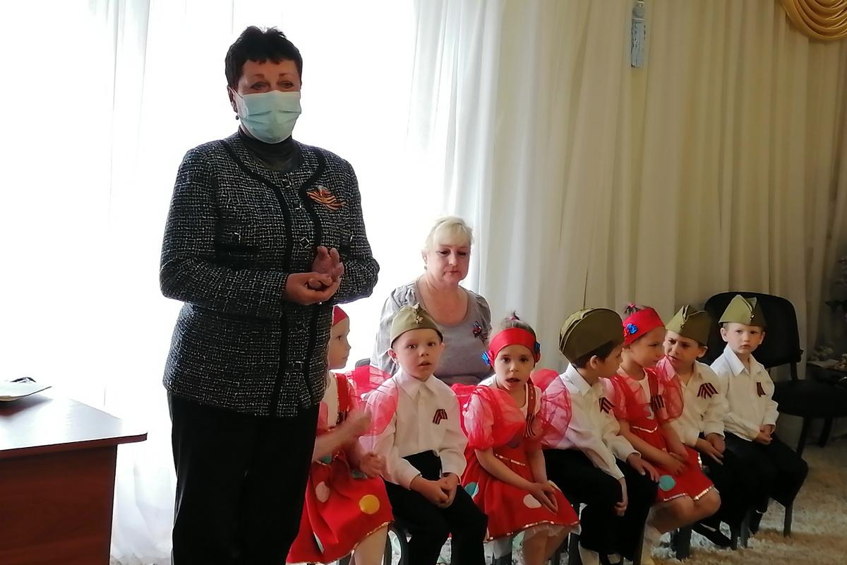 Депутат Ирина Андрух передала канцелярию и настольные игры в детский дом Луганска
