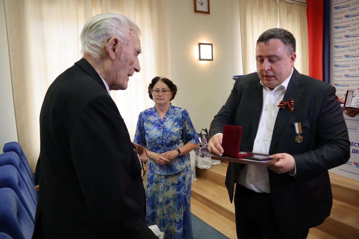 Ветеранам ЛНР вручили медали от Общероссийского Совета по общественным наградам 2