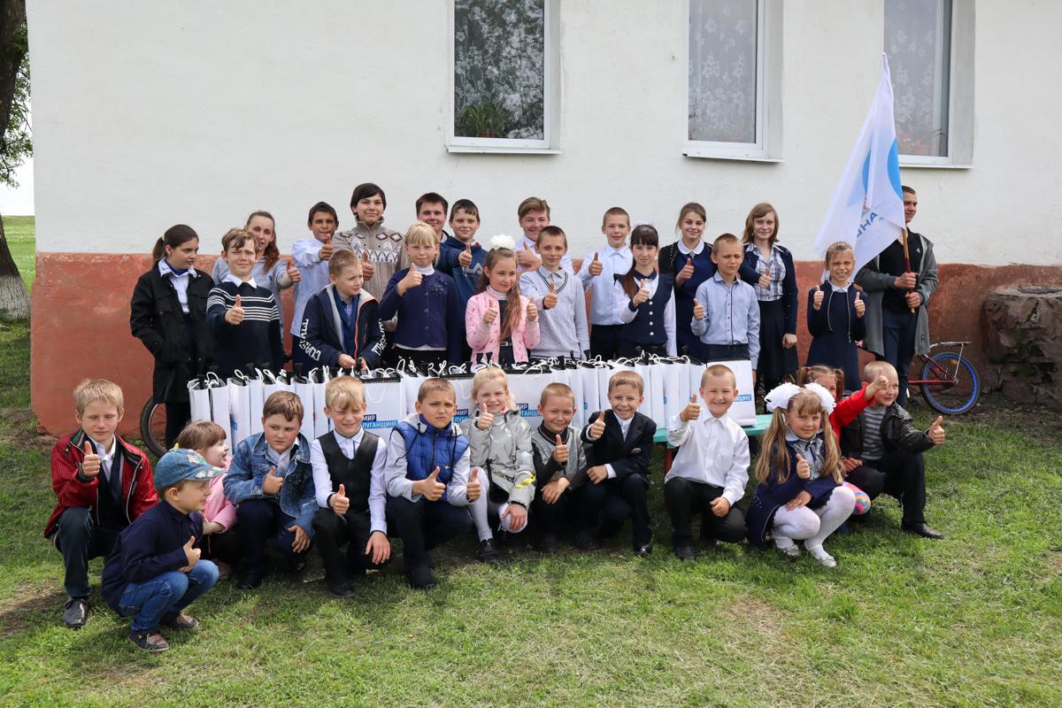 Активисты проекта «Волонтёр» провели развлекательную программу и подарили подарки детям из посёлка Малоивановка