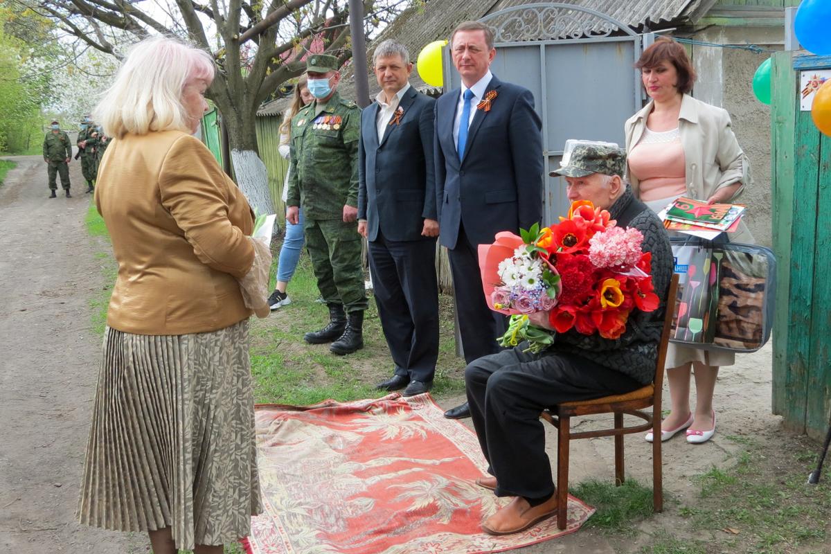 В Брянке поздравили с Днем Победы ветерана Великой Отечественной войны