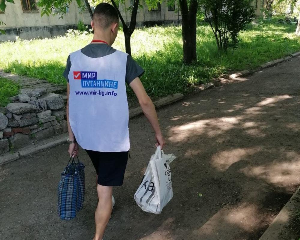 Стахановские волонтёры помогли жительнице города