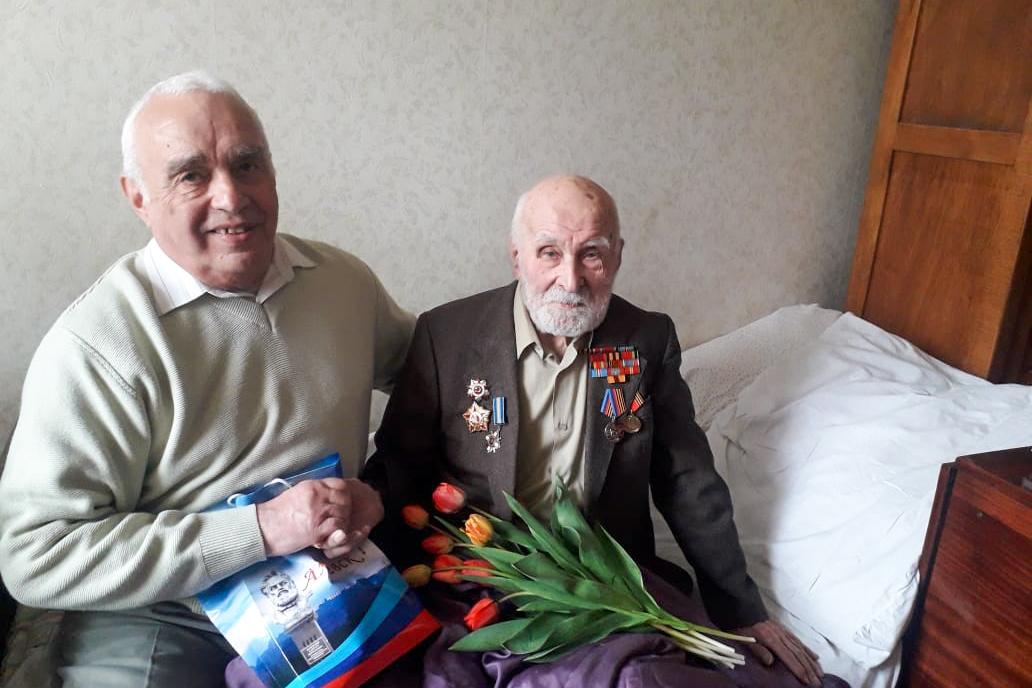 В Алчевске активисты поздравили с 99-летием ветерана Великой Отечественной войны