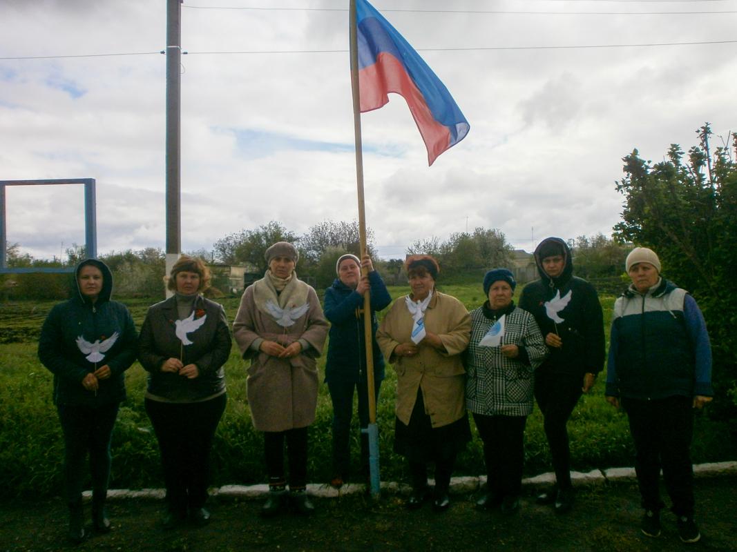 Государственный флаг ЛНР подняли в разных городах и районах ЛНР