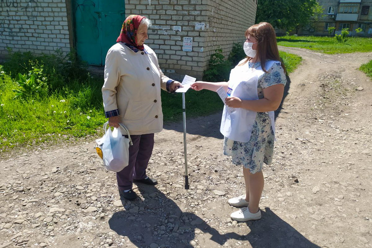 В Первомайске активисты раздали медицинские маски и информационные листовки об акции «Рука помощи» жителям города
