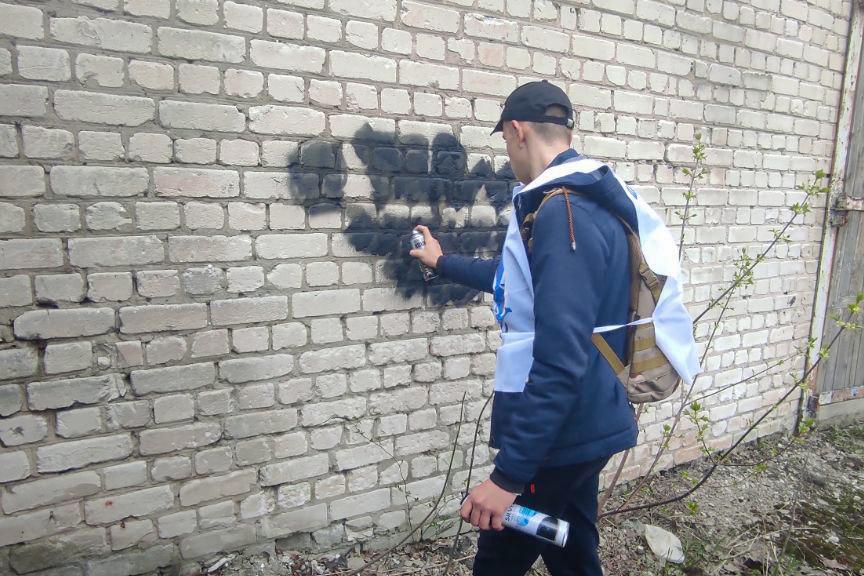 В рамках акции «Стоп наркотикам!» активисты закрасили надписи с адресами Telegram-каналов наркоторговцев в разных городах ЛНР 1