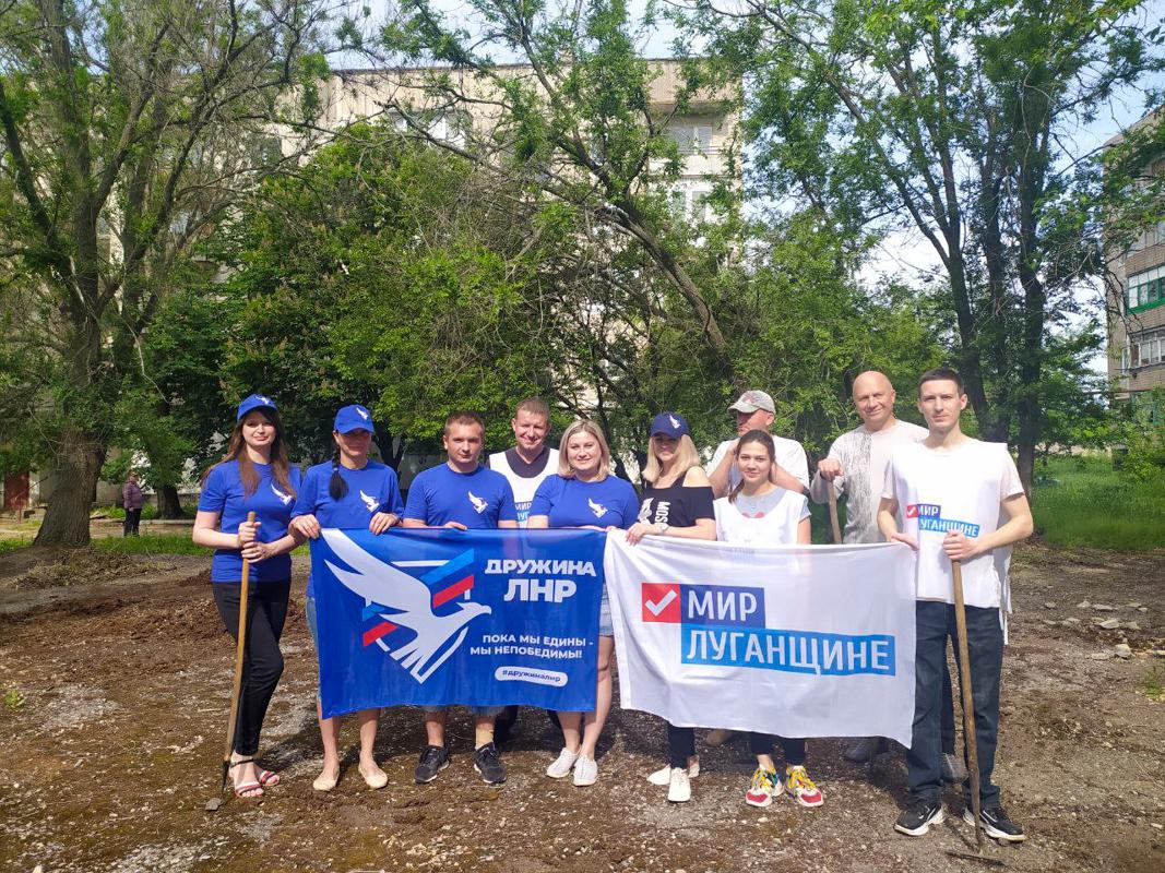 Первомайские активисты провели субботник на спортивной площадке