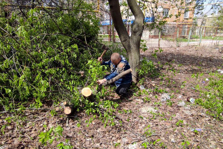 Первомайские активисты провели субботник на территории бывшего детского сада