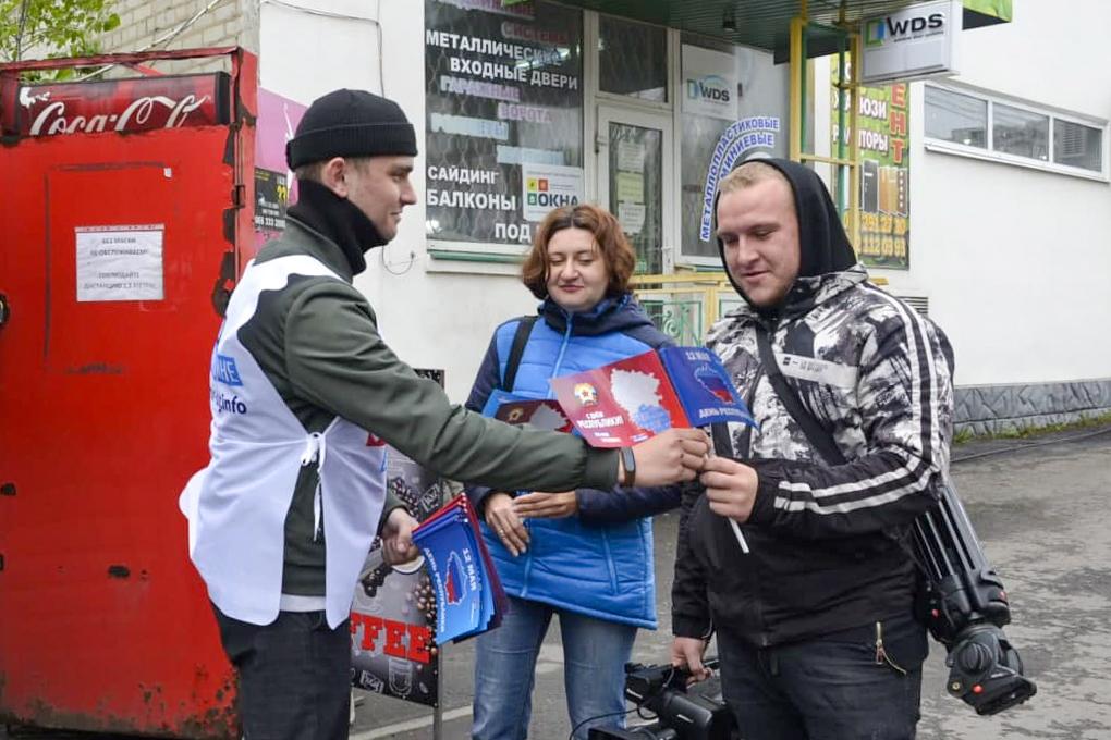 Ровеньковские активисты поздравили жителей города с Днём Луганской Народной Республики