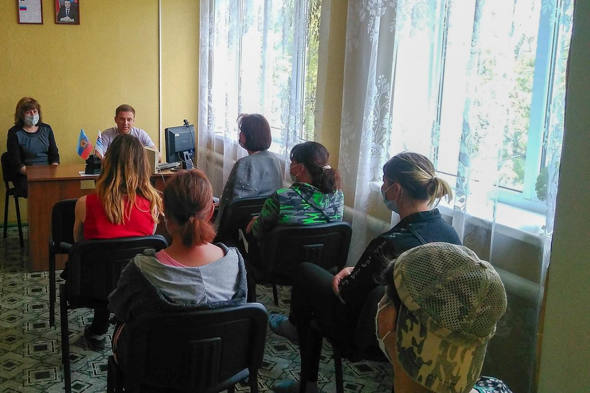 В посёлке Хрустальное прошла встреча руководителя исполкома Краснолучского теротделения ОД «Мир Луганщине» с активистами