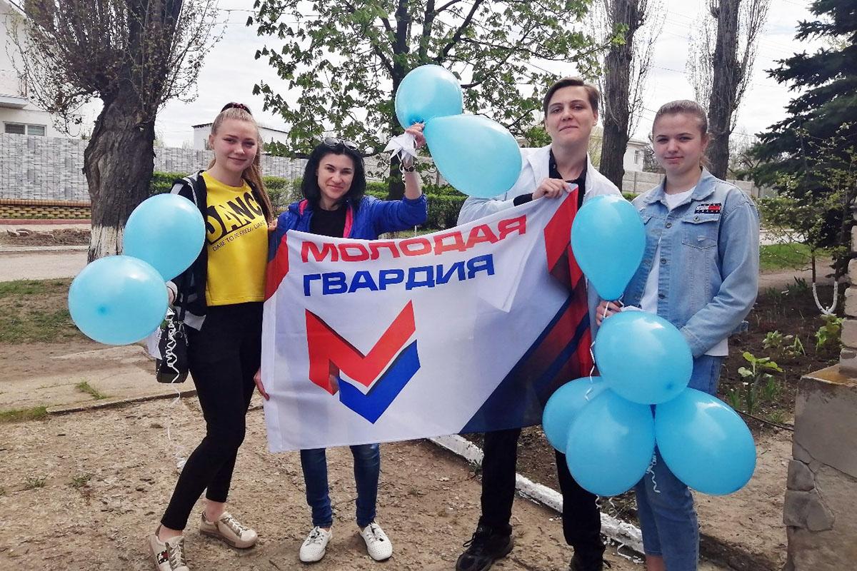 Активисты поздравили жителей Лутугино с 1 Мая