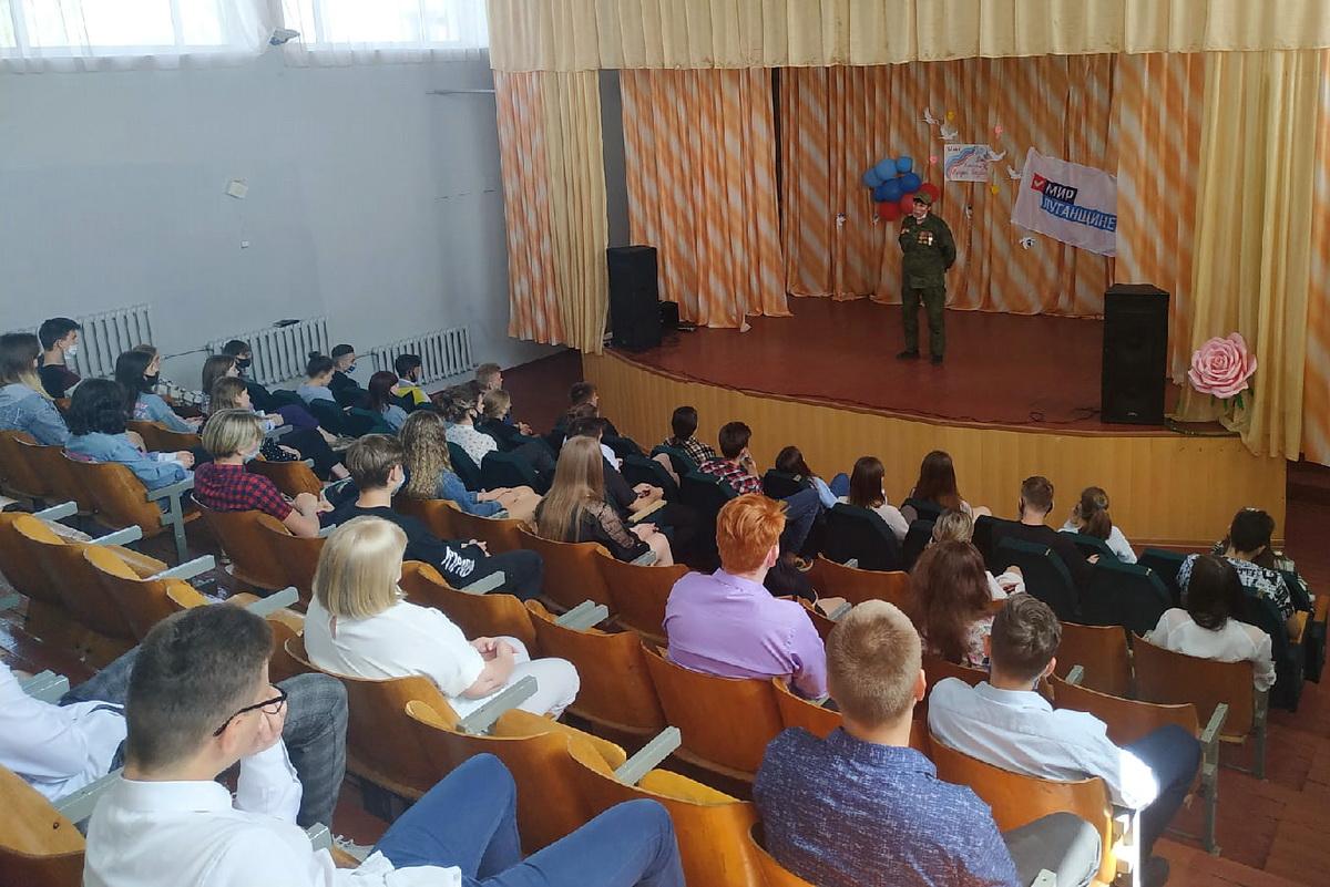 Школьники Свердловского района пообщались с активисткой Русской весны