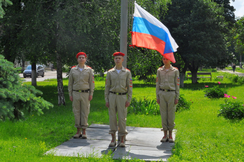 Во всех городах ЛНР в честь Дня России подняли российский триколор 3