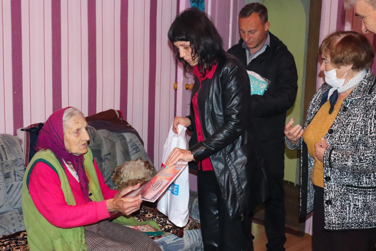 В Перевальске представители ОД «Мир Луганщине» поздравили ветерана труда с 90-летием