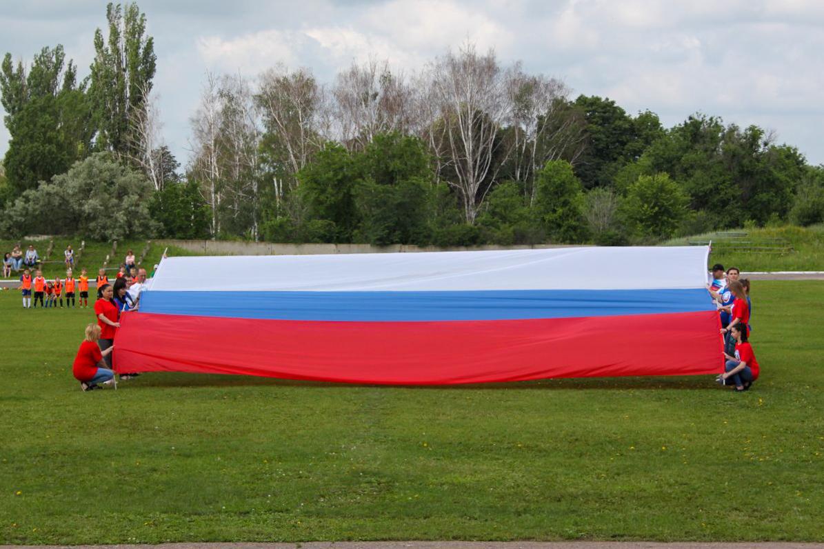 В преддверии Дня России в Лутугино провели забег и развернули семиметровый флаг
