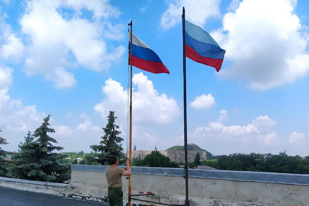 Во всех городах ЛНР в честь Дня России подняли российский триколор 6