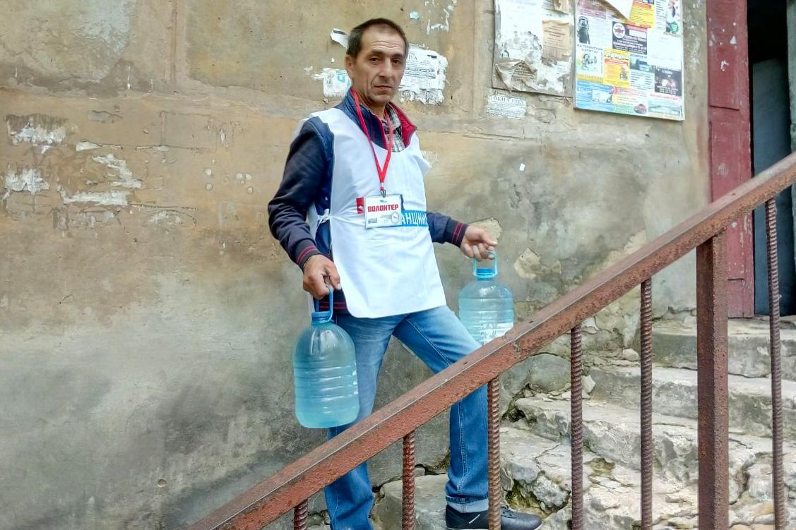Волонтёры акции «Рука помощи» Перевальска доставили пенсионерке продукты питания и воду