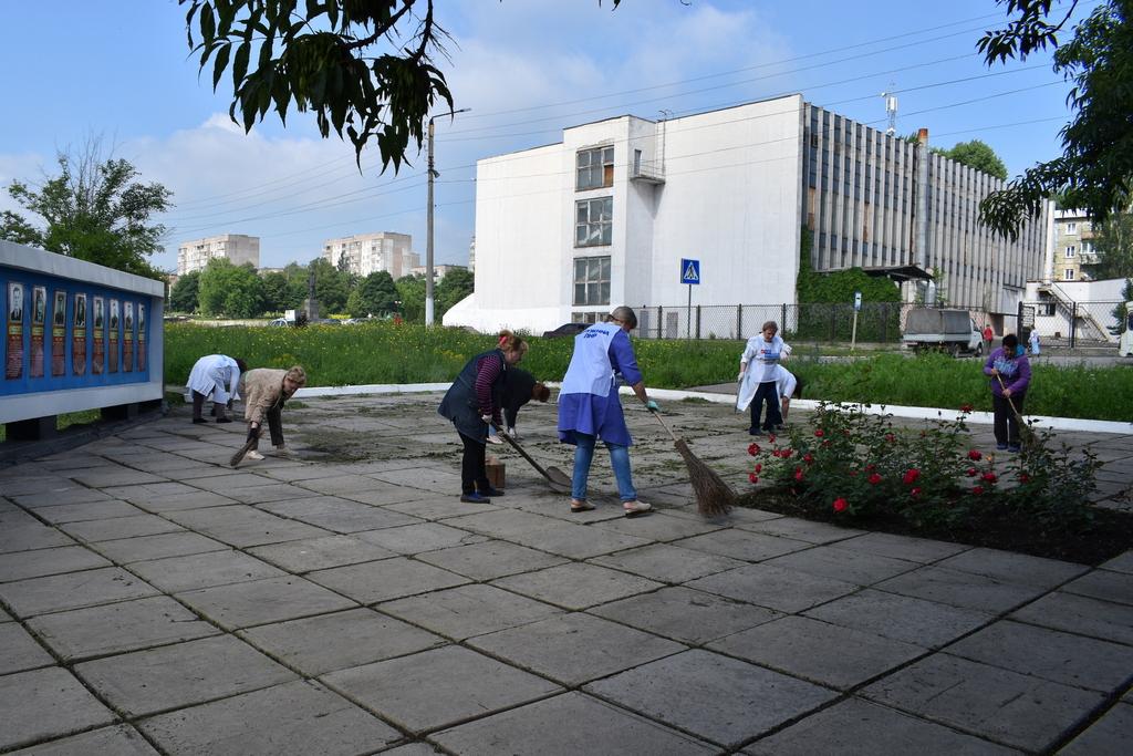 Активисты ОД «Мир Луганщине» провели субботник в Брянке 1