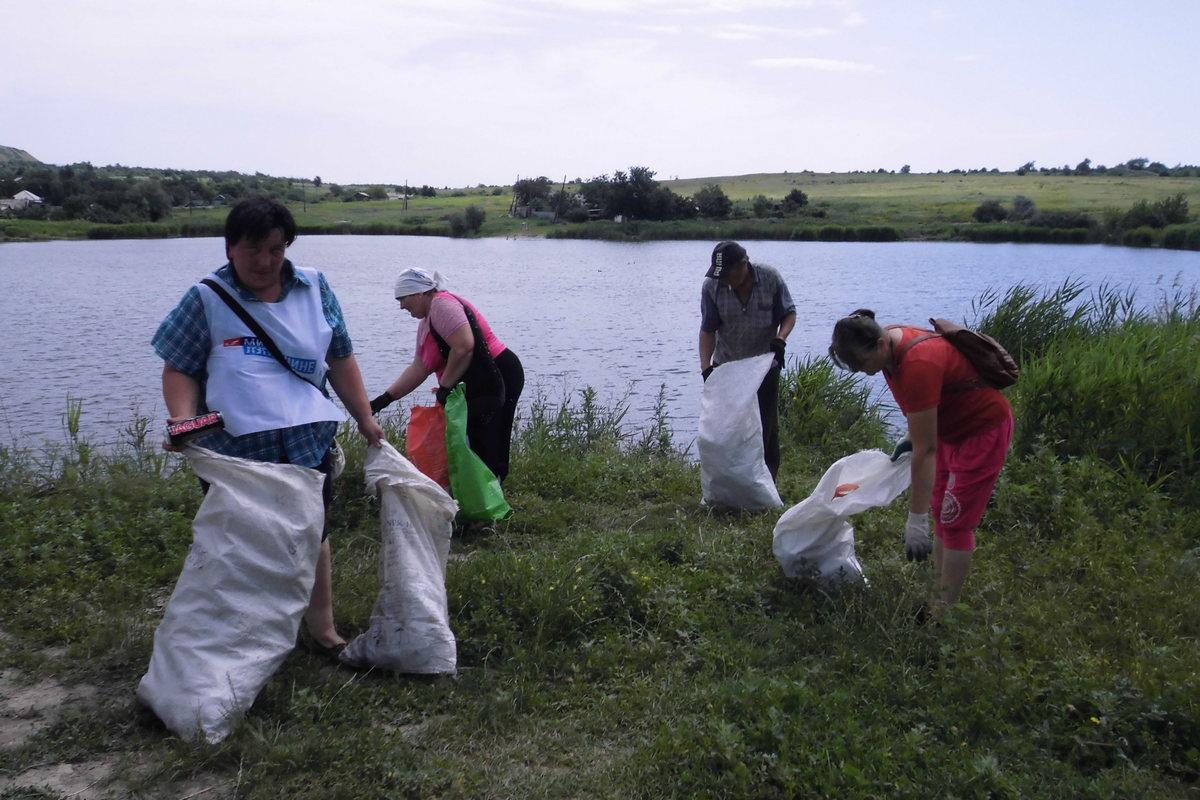 Краснодонские активисты ОД «Мир Луганщине» провели акцию по очистке прибрежной зоны става «Гончаровский»