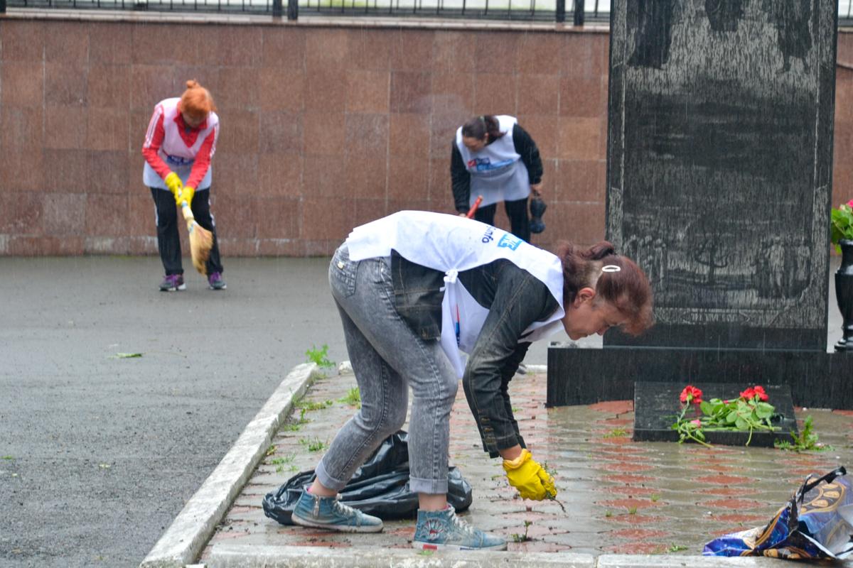 Активисты провели субботник в сквере города Ровеньки