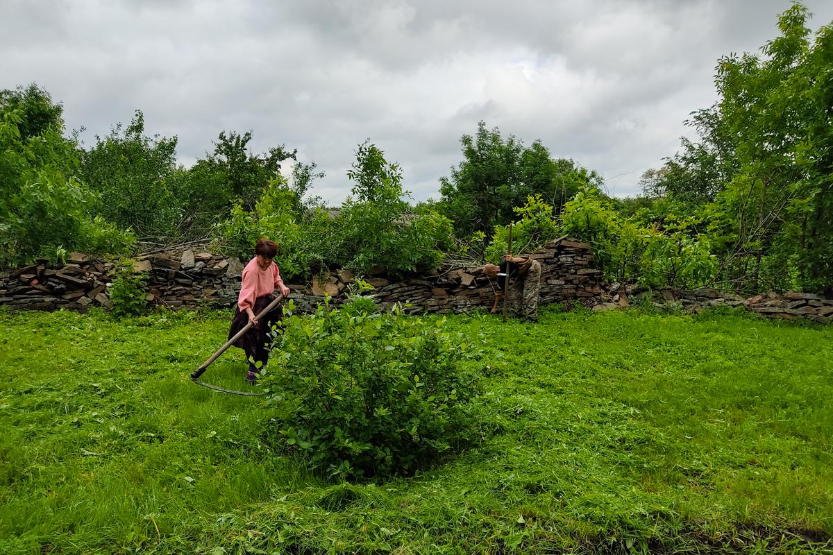 В Антрацитовском районе активисты расчистили прибережную зону водоема