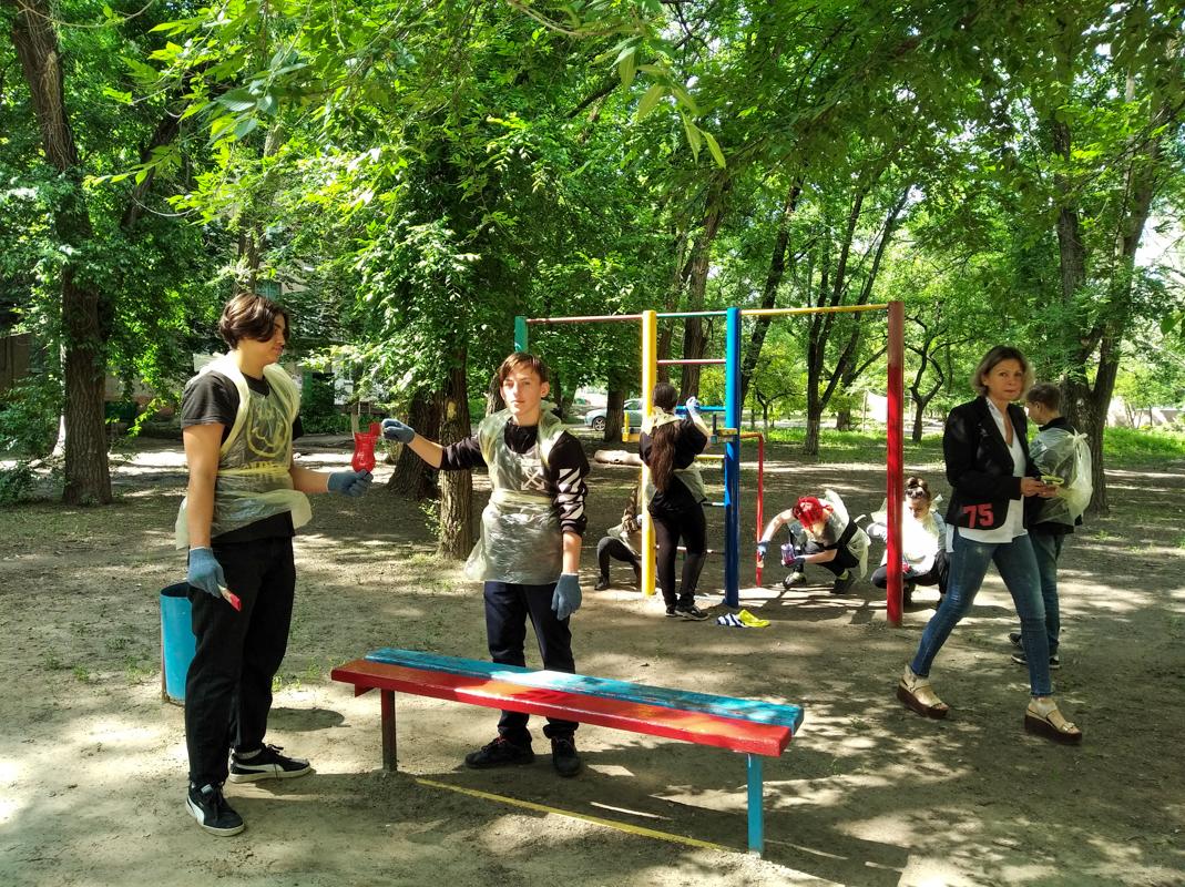 В Луганске активисты провели субботник на детской площадке