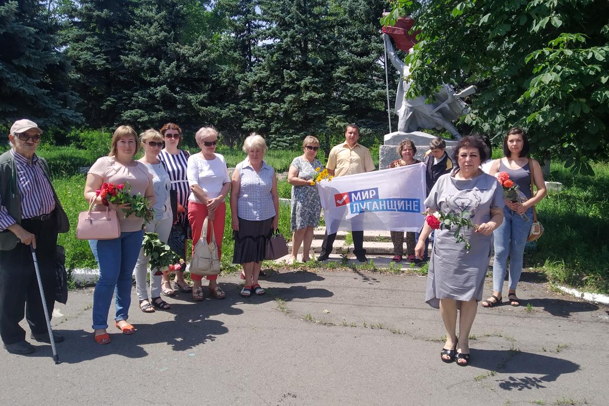 Ровеньковские активисты возложили цветы к памятнику «Погибшим воинам» 1