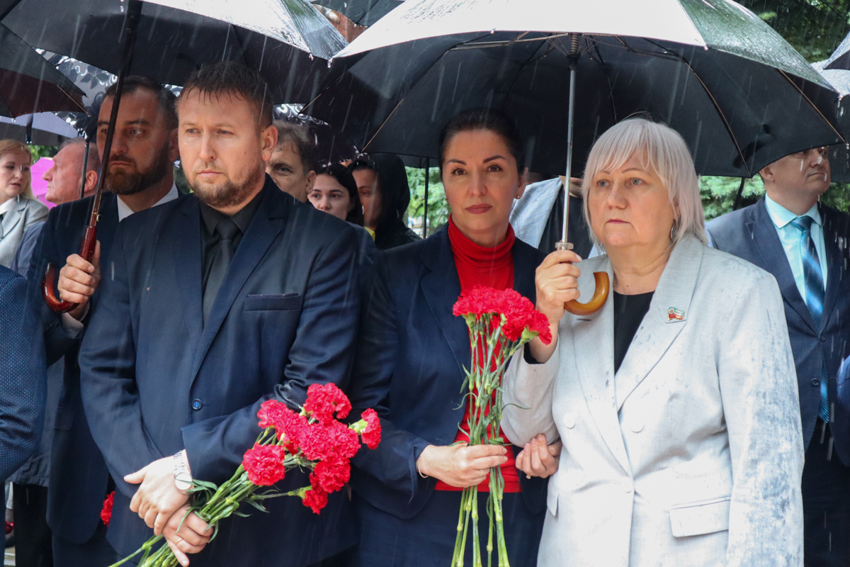 Руководство ЛНР, представители власти и общественники почтили память жертв авиаудара 2 июня 2014 года 2