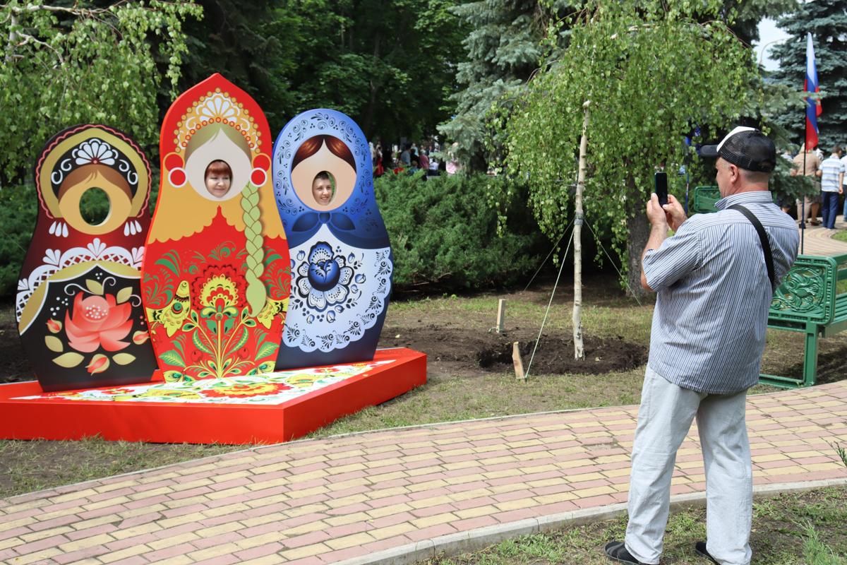 Аллею «Мы вместе», символизирующую единство ЛНР с РФ, в День России открыли в Луганске 1
