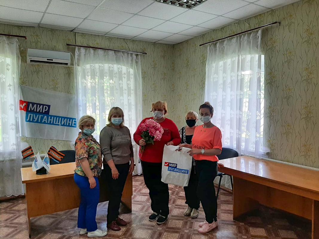 Активисты поздравили социального работника поселка Софиевский с профессиональным праздником 1